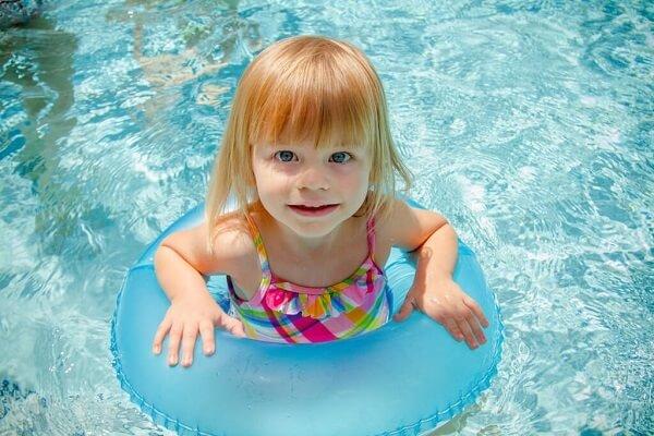 子供の浮き輪の選び方!足入れ浮き輪VSアームリング(腕)、0歳1歳2歳にはどちらがおすすめ?